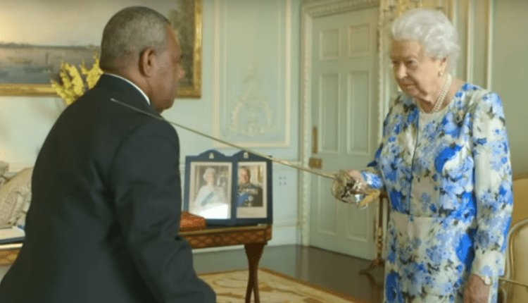 The Queen gave a handy tip to somebody she was knighting, and it proves what a smooth operator she is | Digital Asia