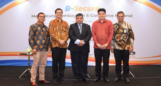 PT Artajasa Pembayaran Elektronis CEO Bayu Hanantasena (2nd left) with Infinitium Group of Companies CEO Ho Ching Wee (2nd right)
