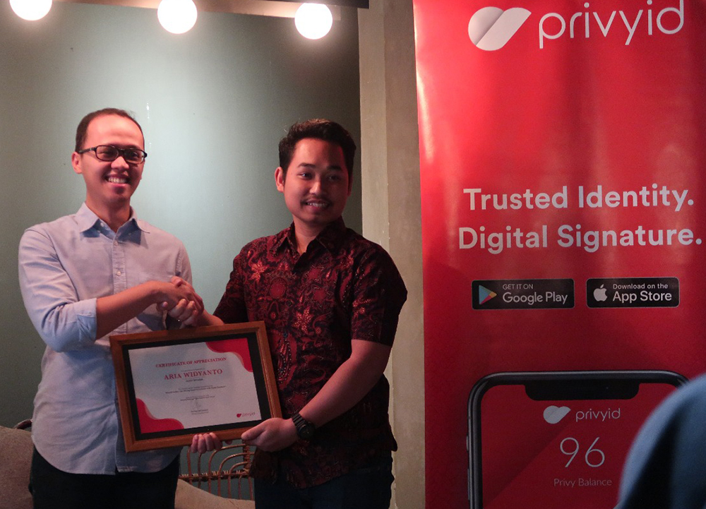 Amartha VP Aria Widyanto (left) with PrivyID co-founder Guritno Adi Saputro
