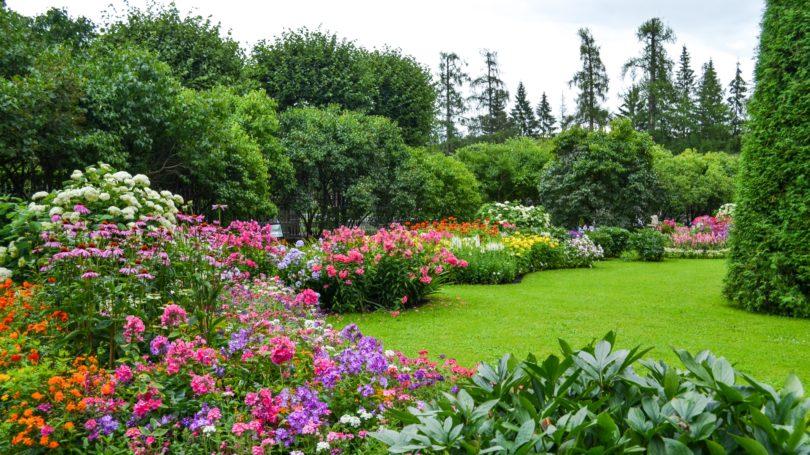 Landscaper Lawn Grounds Maintenance Worker